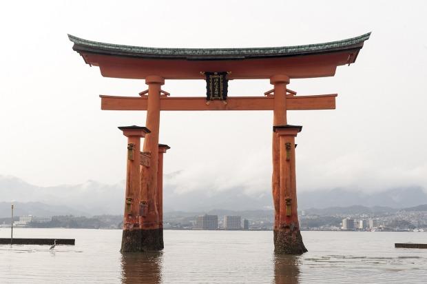 great-torii-of-miyajima-1425480_1280